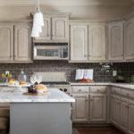 Угловая кухня с островом в стиле классики