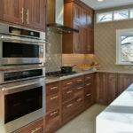 Интерьер кухни со встроенной бытовой техникой