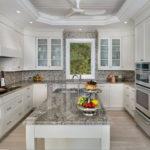 Остров с мойкой на кухне П-образной планировки