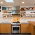 Белые полки открытого типа на кухне частного дома