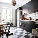Черная мебель на кухне городской квартиры