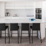 Черные барные стулья в белой кухне