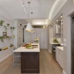 Оформление стены на кухне декоративными полками