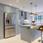 Освещение кухни в серых тонах