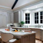 Оформление рабочей зоны перед окнами кухни