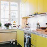 Яркая кухня с фасадами желтого цвета