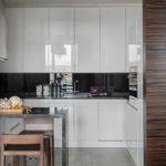Белые глянцевые поверхности кухонной мебели
