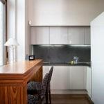 Деревянная барная стойка перед кухонным окном