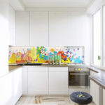 Яркий фартук в белой кухне