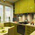 Зеленая кухня с акриловыми фасадами