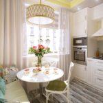 Подушки с ярким орнаментом на диванчике в кухне