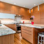 Точечные светильники на потолке кухни с коричневой мебелью