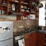 Открытые кухонные полки коричневого цвета