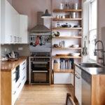 Деревянные полки у окна для кухонных принадлежностей