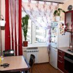 Холодильник с магнитами около кухонного окна