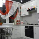 Разноцветный шторы на окне кухни