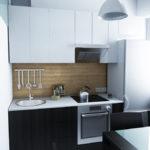 Гарнитур с белыми навесными шкафами и черными напольными тумбами