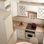 Кухонный гарнитур с молдингами на дверцах
