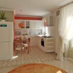 Классическая кухня в белом цвете после совмещения с гостиной