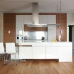Белая кухня с элементами модерна