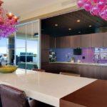 Яркие люстры в декоре кухни