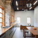 Кирпичные стены в интерьере современной кухни