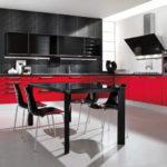 Черный обеденный стол в светлой кухне