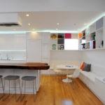 Шкафы без дверок в кухне-столовой