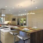 Подвесной светильник-панель на потолке кухни