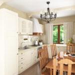 Небольшая кухня с обеденной зоной в частном доме