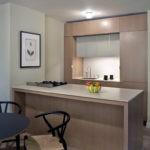 Кухня в стиле минимализма с барной стойкой