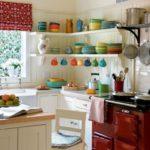 Посуда яркой расцветки на кухонных полках