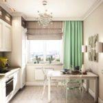 Комбинация нескольких типов штор на окне кухни