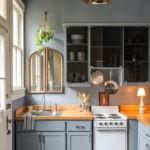 Зеркало над кухонной мойкой в частном доме