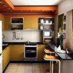 Галогенные светильники в гипсокартонном коробе на потолке кухни