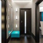 Черная дверь в коридоре городской квартиры