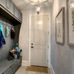 Яркие зонты в углу мебельного гарнитура