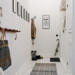 Длинная ковровая дорожка в белом коридоре