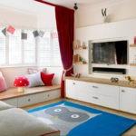 Бардовые шторы в светлой комнате