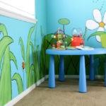 Рисунки цветов на стене детской комнаты