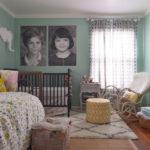 Портреты детей на стене комнаты