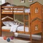Деревянная кровать для детей дошкольного возраста