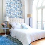 Оформление ниши в спальне обоями с цветочками