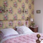 Розовые цветы на обоях в спальне