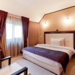 Спальня в стиле модерн с обоями в полоску
