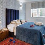 Деревянная тумба перед кроватью в спальне