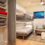 Кровати в два яруса в небольшой спальне-гостиной
