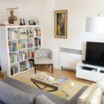 Зонирование спальни-гостиной книжным стеллажом