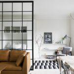 Коричневый диван в белой комнате