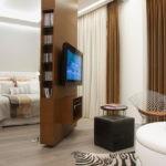 Поворотная перегородка между спальней и гостиной
